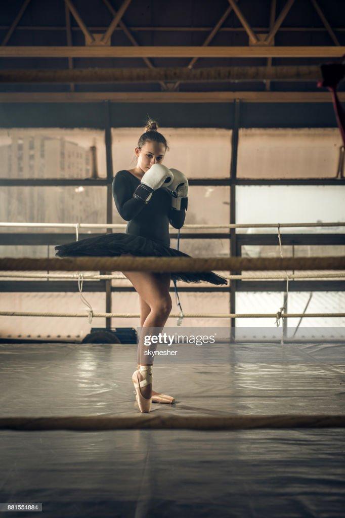 Jovem Bailarina Com Luvas De Boxe Em Pé Em Posição De