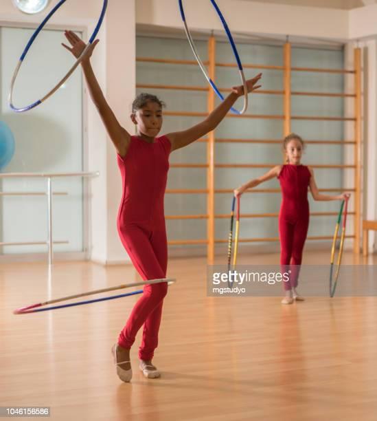 jovens bailarinas dançando fazendo prática em estúdio de ballet. - arte, cultura e espetáculo - fotografias e filmes do acervo
