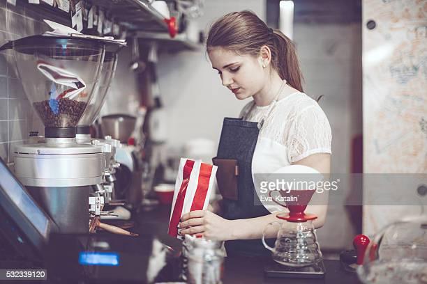 若いバリスタは、コーヒーを