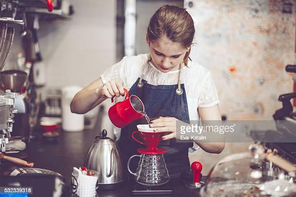 Junge barista ist eine Kaffee