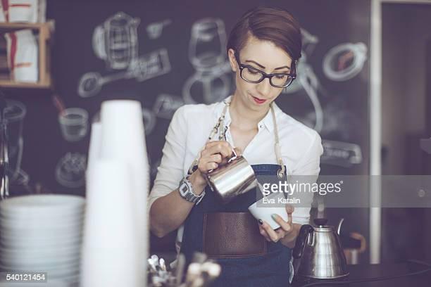 Young barista está haciendo un café