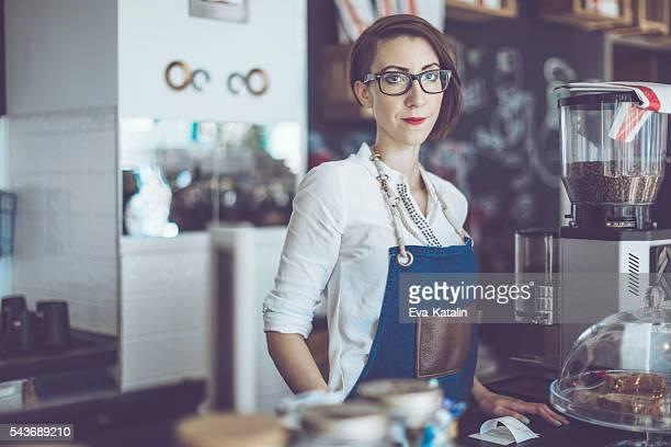 Junge barista arbeitet in einem café