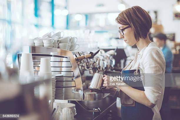 barista joven está trabajando en una cafetería