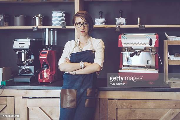 barista jeune travaille dans un café