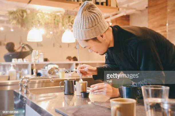 Joven barista hacer arte latte