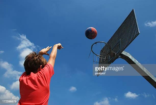 young basketball player - scoren stockfoto's en -beelden
