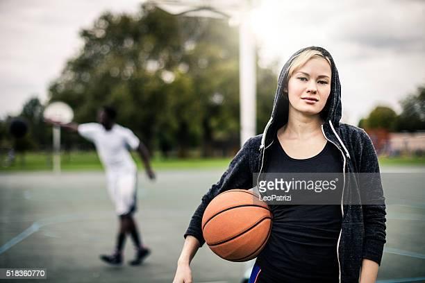 バスケットボール選手ポーズする若者では、プレイグラウンドでロンドン