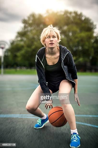 若いバスケットボール選手のトレーニングのプレイグラウンドでロンドン