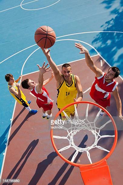 Junge basketball-Spieler schießen Aktion