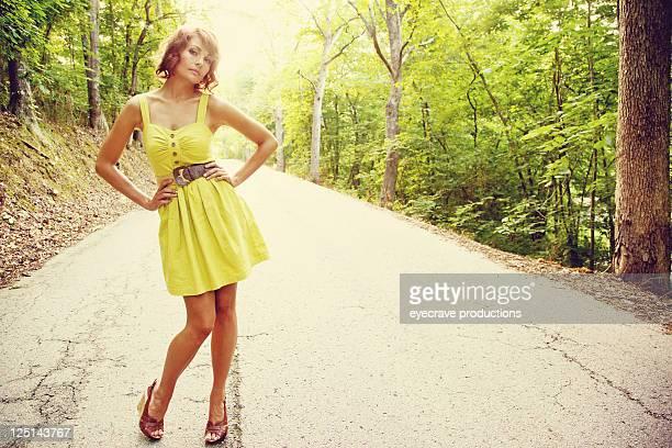 Junge schöne Erwachsene Frau auf die rural road ab