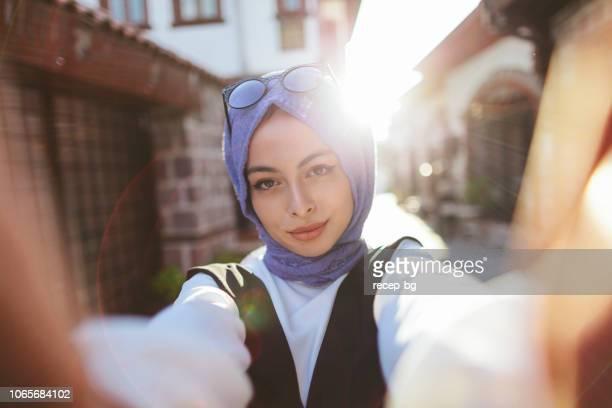 若い美しい、近代的なイスラム教徒の女性 selfie を撮影します。 - アナトリア ストックフォトと画像