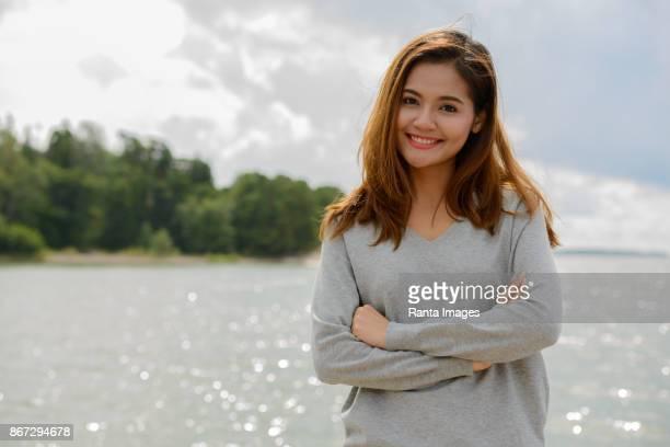 jonge mooie aziatische vrouw tegen schilderachtig uitzicht op het meer in turku, finland - turku finland stockfoto's en -beelden