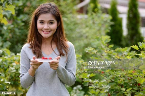 jonge mooie aziatische vrouw ontspannen met de natuur in turku, finland - turku finland stockfoto's en -beelden