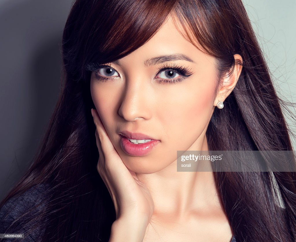 Young beautiful asian woman with flawless skin and perfect make-up : Stock Photo