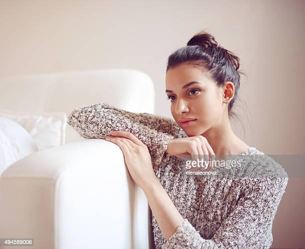 Jeune et jolie brunette femme dans une chambre
