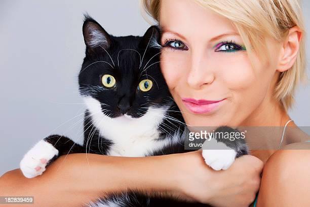 Jeune Belle femme avec son chat