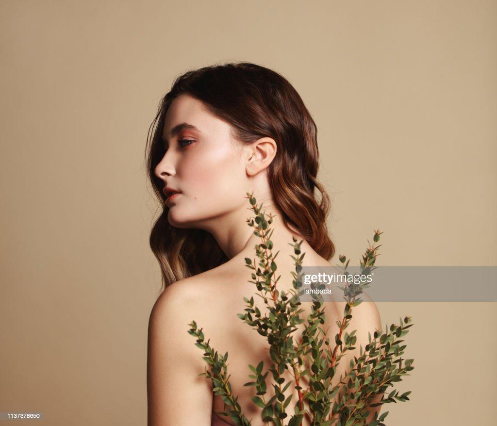 Joven hermosa chica y planta : Foto de stock