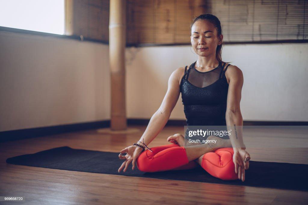 Junge schöne Mädchen beim Yoga : Stock-Foto
