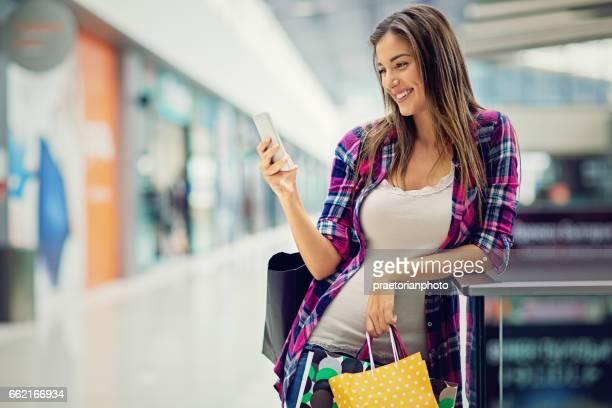 美しい少女は、ショッピング モール