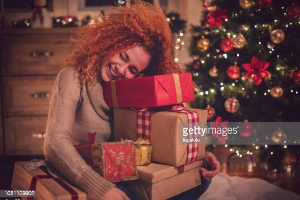 jeune fille belle avec présent dans une ambiance chaleureuse de noël - 2019 photos et images de collection