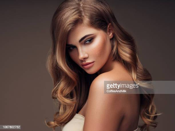 junge schöne modell mit lange gewellte gepflegtes haar - dicht stock-fotos und bilder