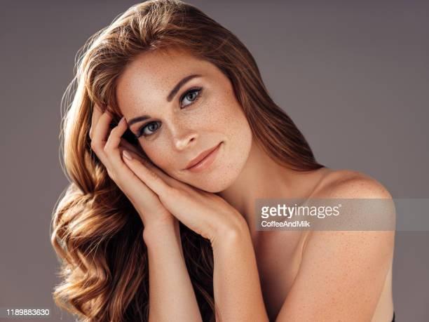 modelo bonito novo com cabelo bem preparado ondulado longo - pessoas bonitas - fotografias e filmes do acervo