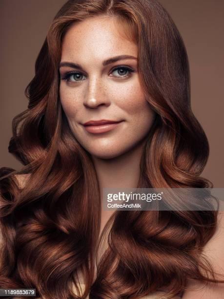 長い波状のよく手入れの行き届いた髪を持つ若い美しいモデル - brown hair ストックフォトと画像