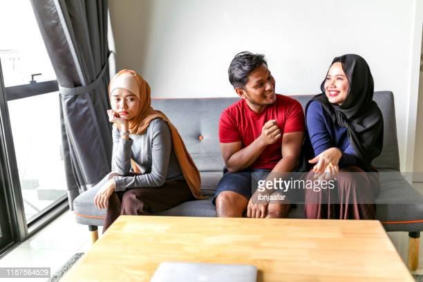 家庭の若い美しいイスラム教徒の家族 - 複婚 ストックフォトと画像