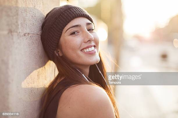 young beautiful spanish woman in the streets of barcelona. - 25 29 anni foto e immagini stock