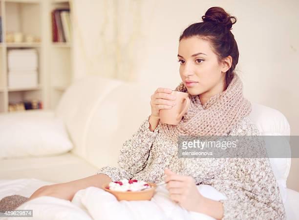 Jeune et jolie Femme buvant un café chaud