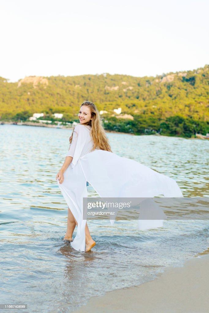 Junge Schöne Frau Genießen Am Strand Antalya Türkei Stock