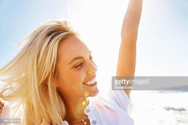 frau genießen den strand - junge frau allein stock-fotos und bilder