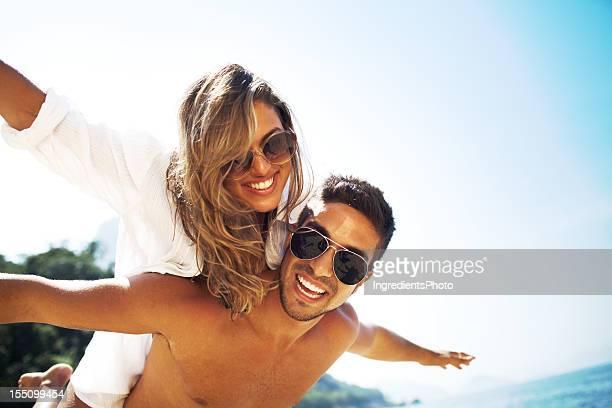 Jovem bela mulher gozar Cavalitas diversão na praia.