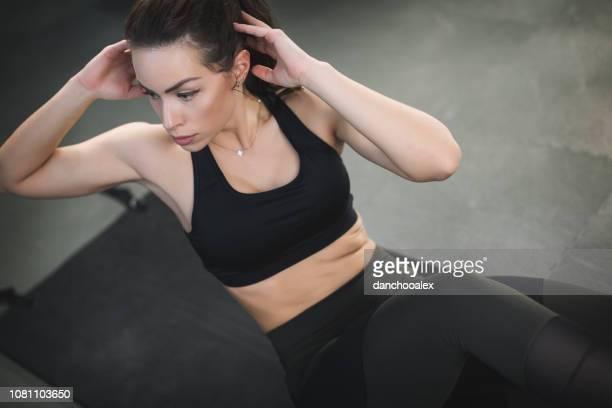 belle jeune femme exerçant au gymnase - forte poitrine photos et images de collection
