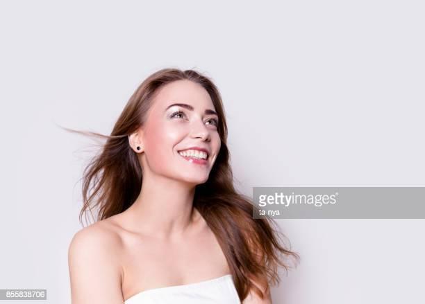 Junge schöne Frau Happy Lächeln Lachen Studioportrait