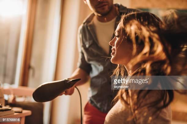 belle jeune femme avoir les cheveux séché au salon de coiffure. - salon de coiffure photos et images de collection