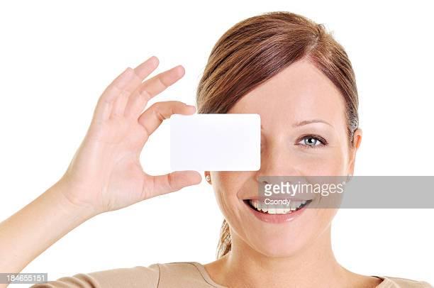 Junge schöne Frau holding a business card