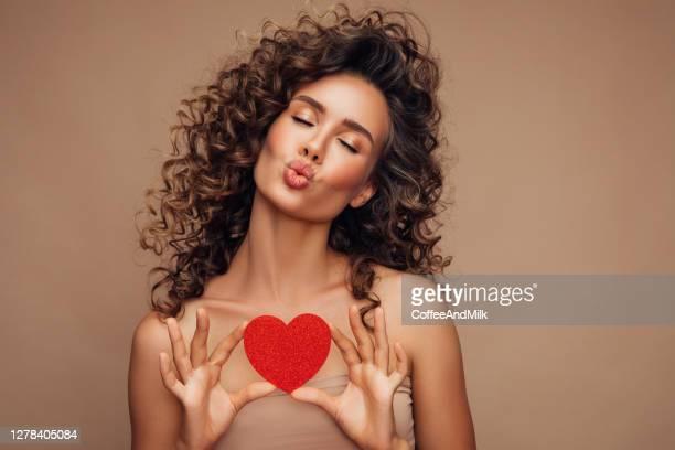 jovem linda mulher segurando coração artificial - dia dos namorados - fotografias e filmes do acervo
