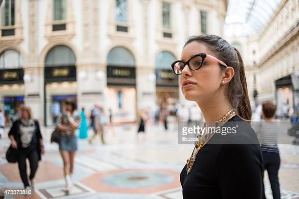 Junge schöne Frau in der Galleria Vittorio Emanuele, Mailand