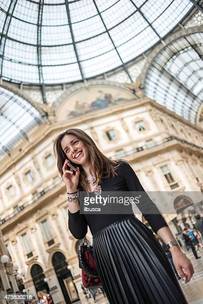 Joven hermosa mujer en Galleria Vittorio Emanuele, Milán