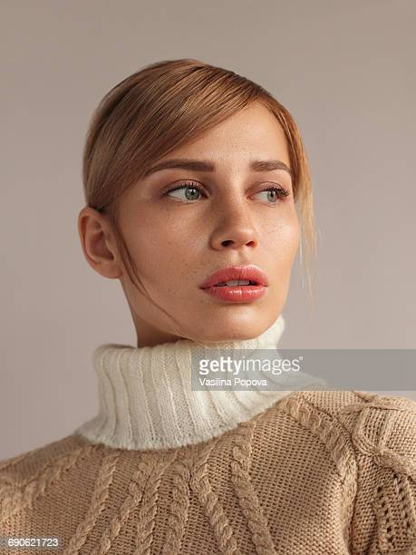 young beautiful woman in knitwear - fashion model photos et images de collection