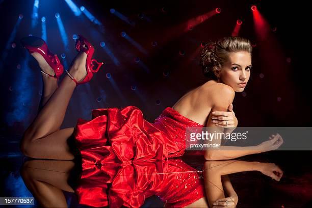 若い美しい女性のレッドドレス