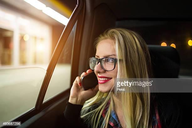 Jeune Belle femme dans la voiture