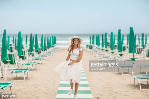 ビーチで若い美しい女性 - チュール生地 ストックフォトと画像
