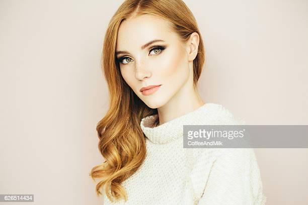 Junge schöne Frau auf hellem Hintergrund