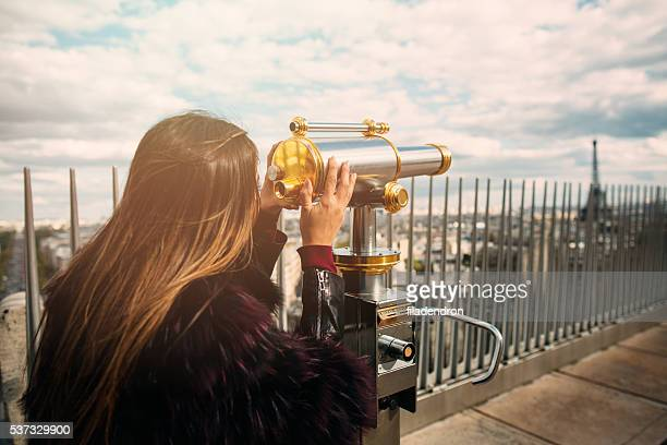 Junge schöne Frau auf dem Aussichts-deck