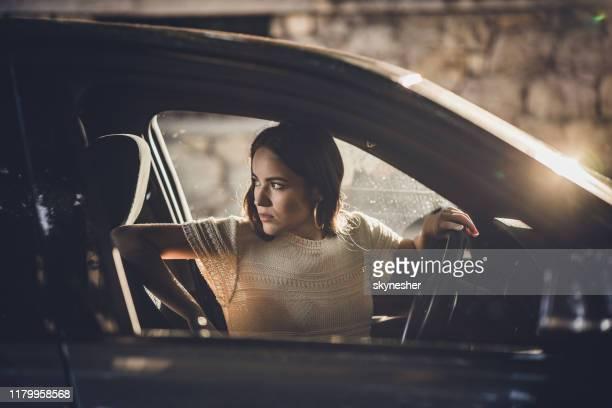 jonge mooie vrouw parkeren haar auto in omgekeerde richting. - terugtrekken stockfoto's en -beelden