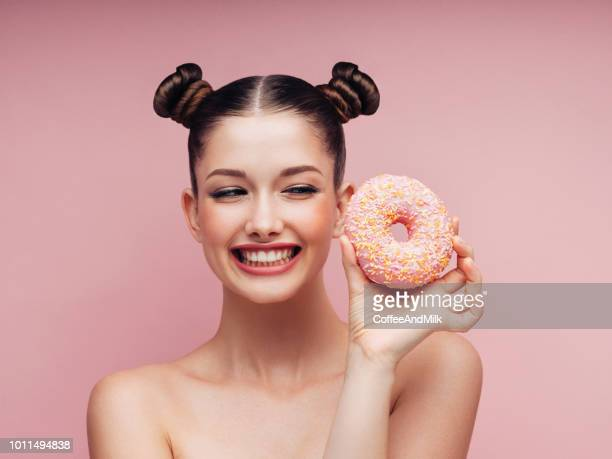 jovem mulher bonita - donuts - fotografias e filmes do acervo