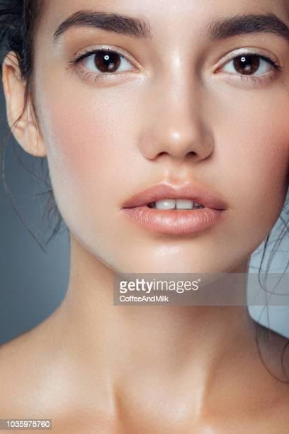 若い美しい女性 - 自然な美しさ ストックフォトと画像