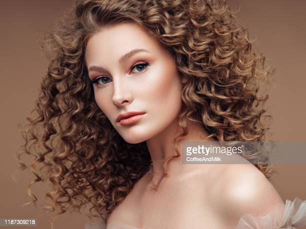 mulher bonita nova - cabelo encaracolado - fotografias e filmes do acervo